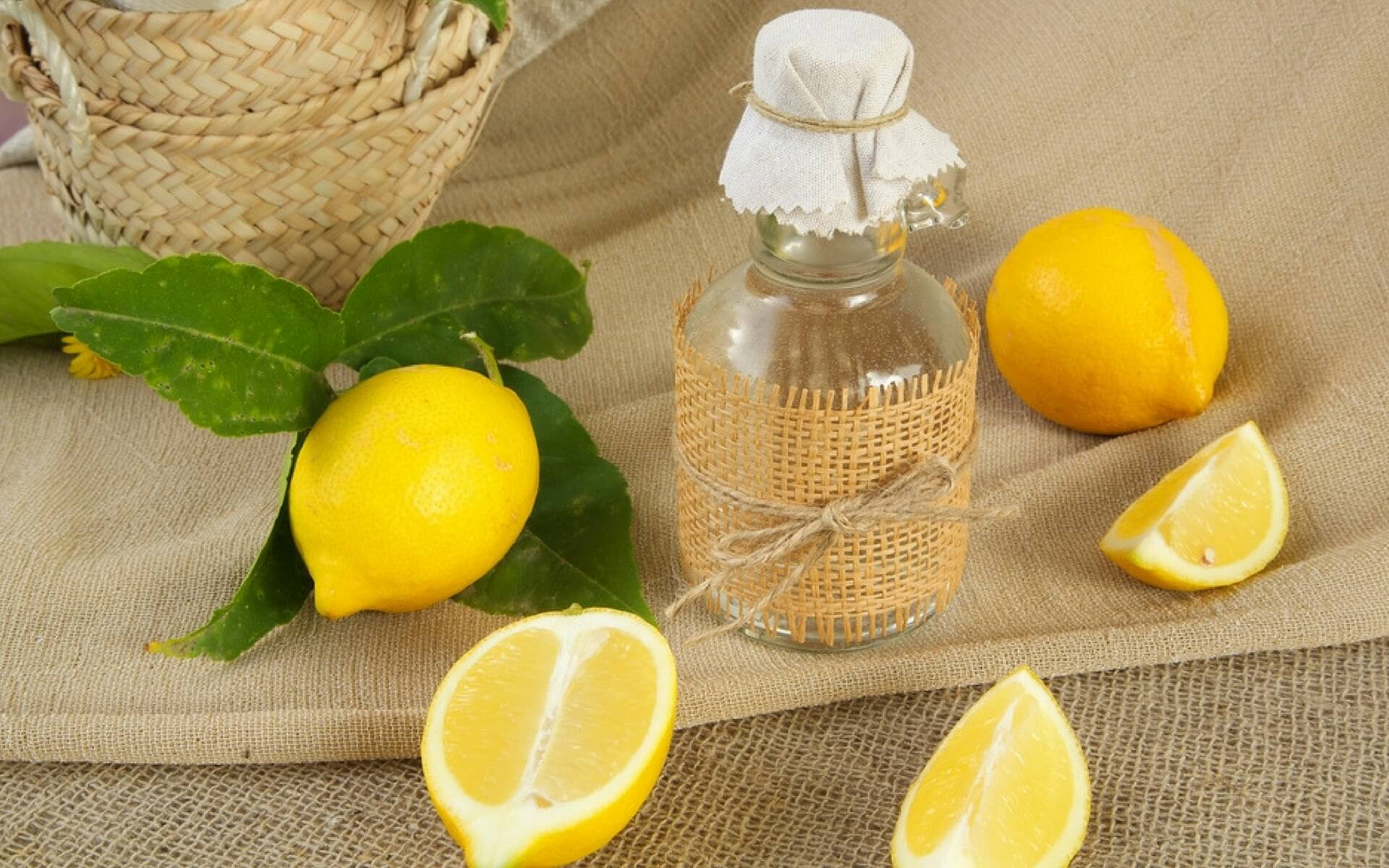 Come liminare adesivi dal vetro com limome e aceto