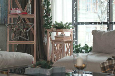 Come realizzare degli addobbi natalizi fai da te per finestre e porte