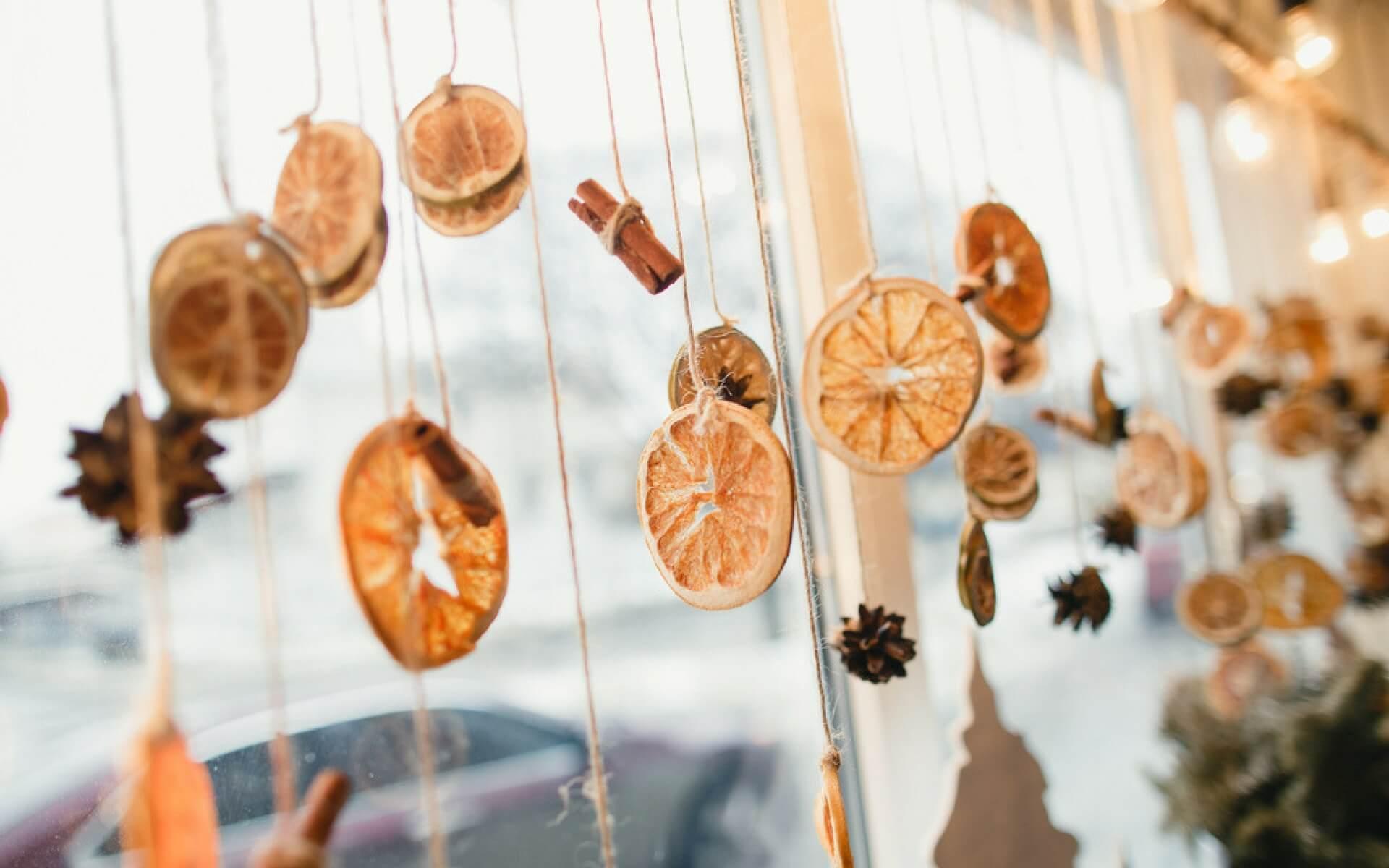 I vari passaggi per realizzare una profumata tenda natalizia con arance, chiodi di garofano e cannella