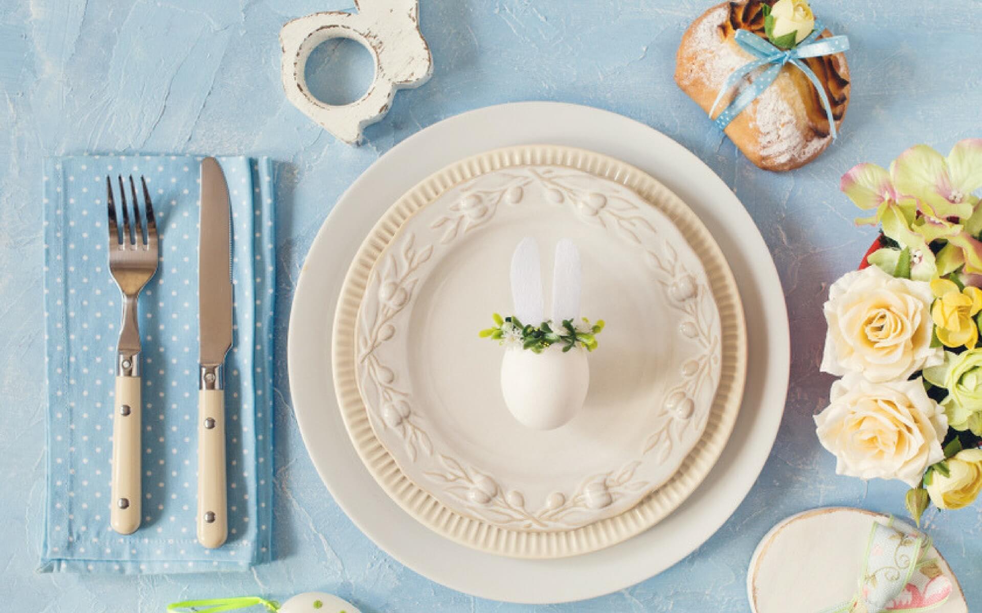 Suggerimenti per decorare la tavola con addobbi pasquali alla moda e con i colori dell'anno