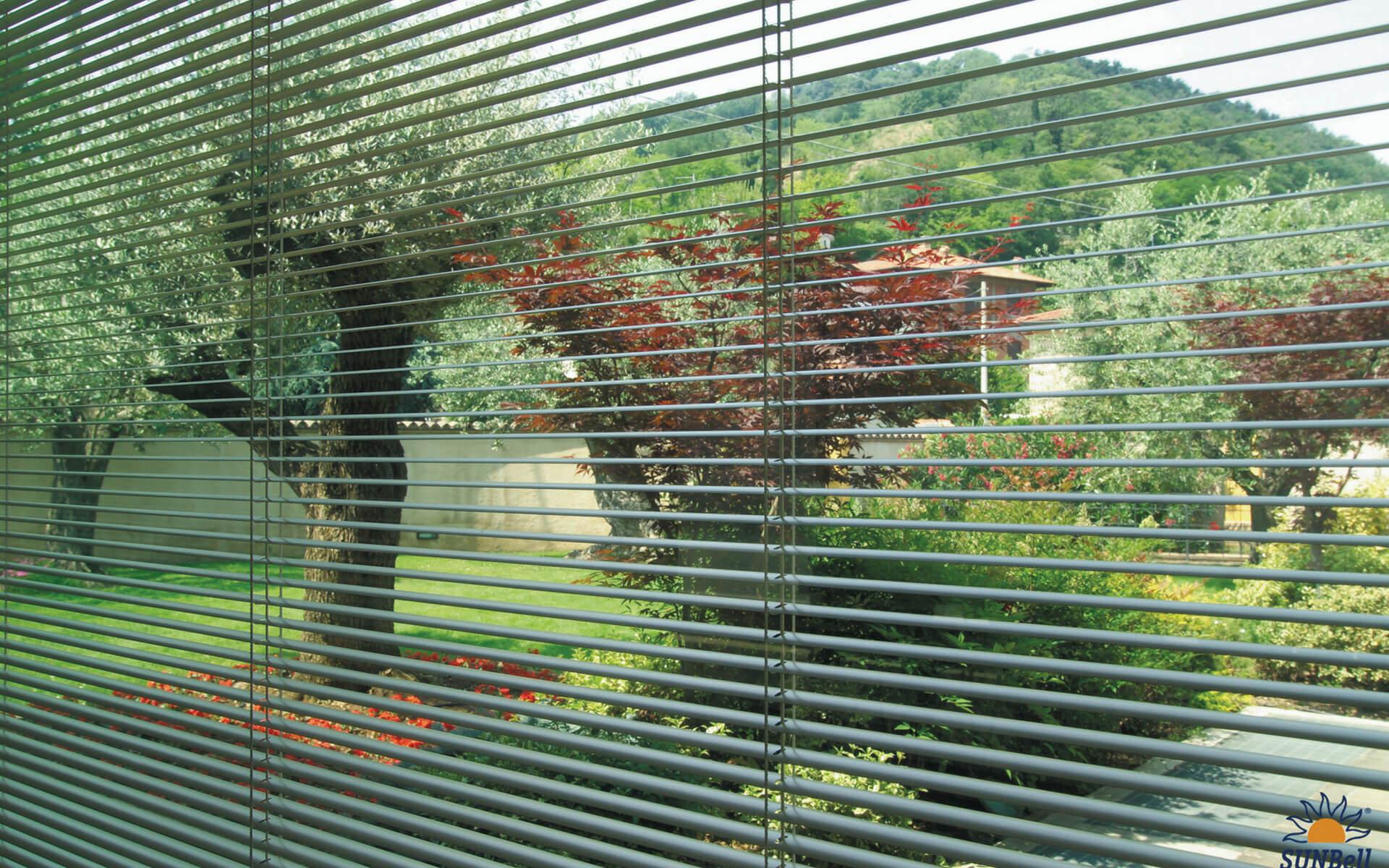 Le veneziane dentro il vetro sono una pratica soluzione per eliminare le tende e limitare la polvere in casa