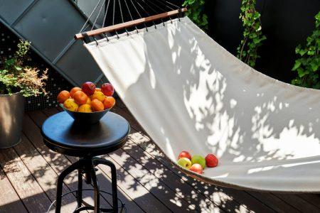 Consigli utili e pratici per arredare un balcone stretto e lungo