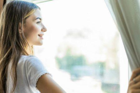 proteggere la casa dal caldo-ragazza alla finestra