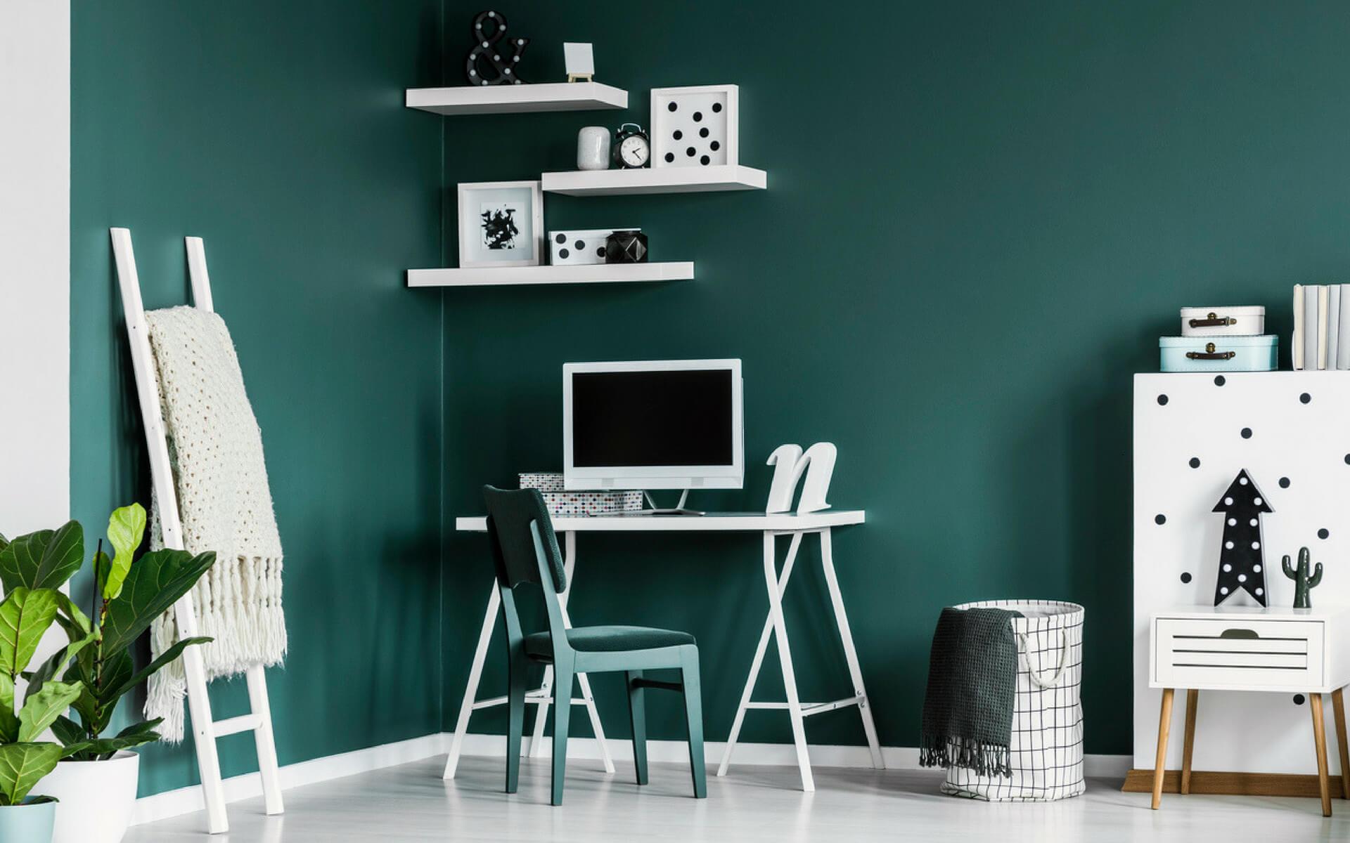 Una parete colorata dietro la scrivania darà un tocco unico all'angolo studio ed esalterà l'arredamento