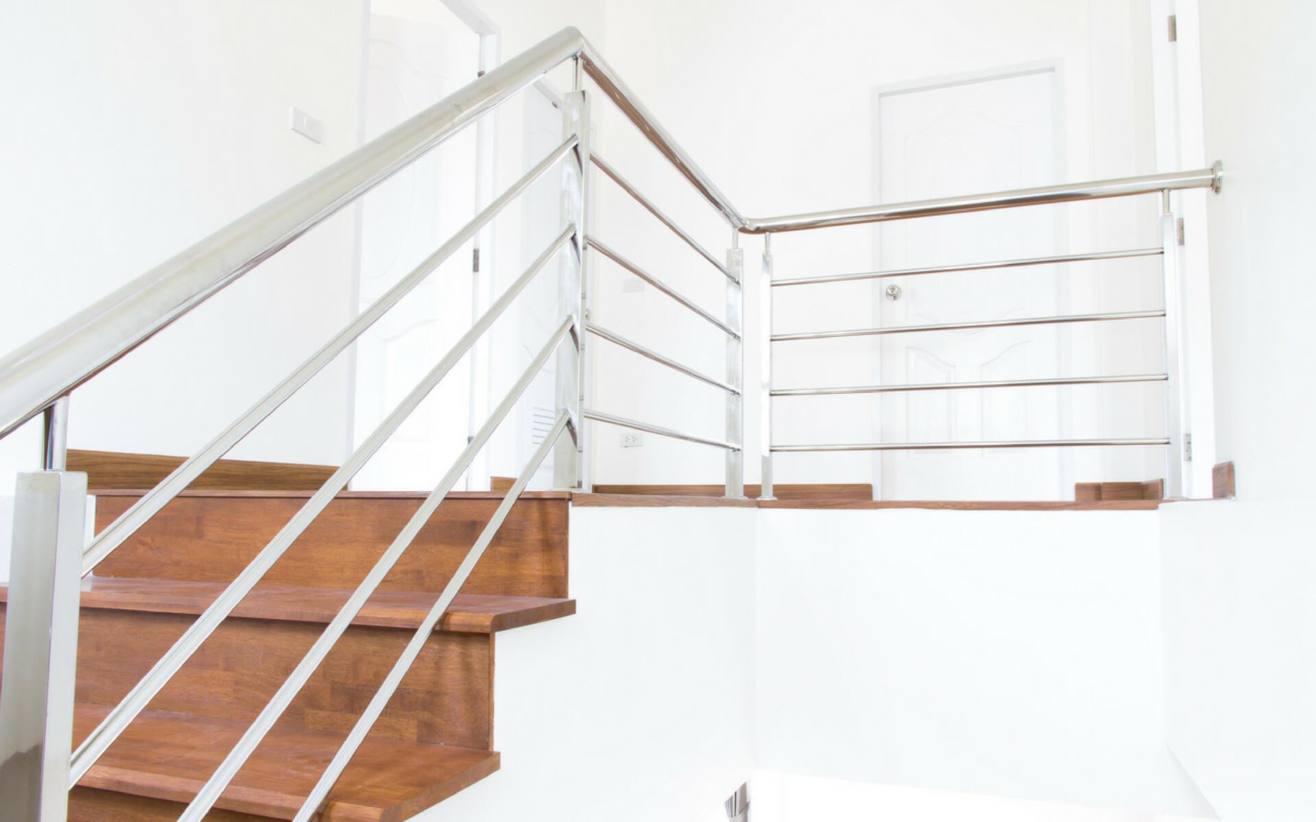 Se volete arredare una casa con uno stile moderno e tecnologico l'acciaio è un materiale perfetto