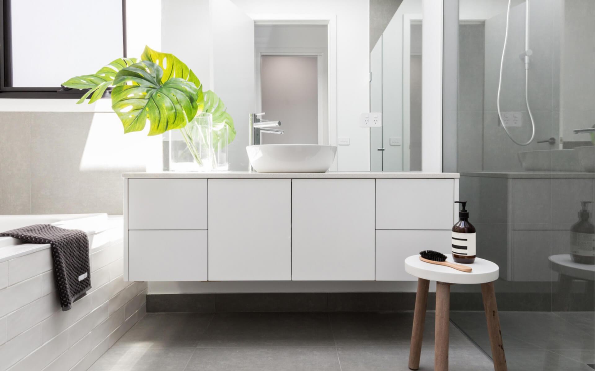 Suggerimenti e consigli per disporre i mobili in bagno in modo pratico