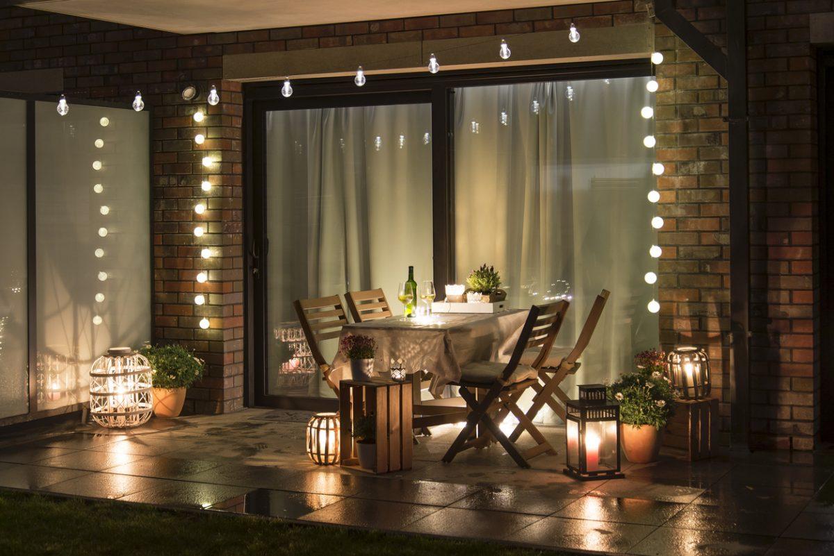 Fili di luci per abbellire la terrazza