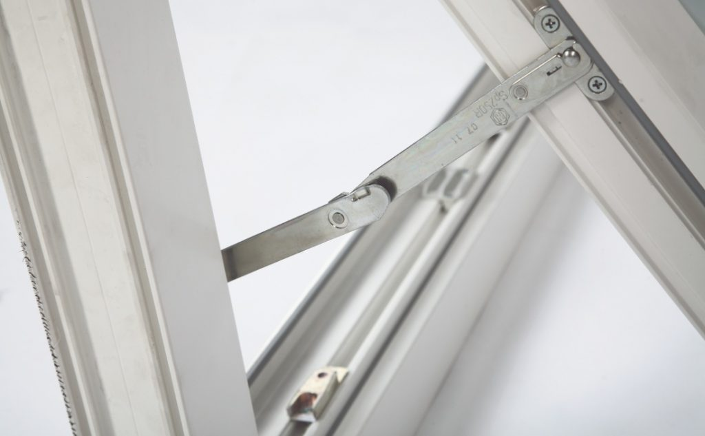 casa sicura dai furti con la ferramenta giusta - finestra a bilico Oknoplast