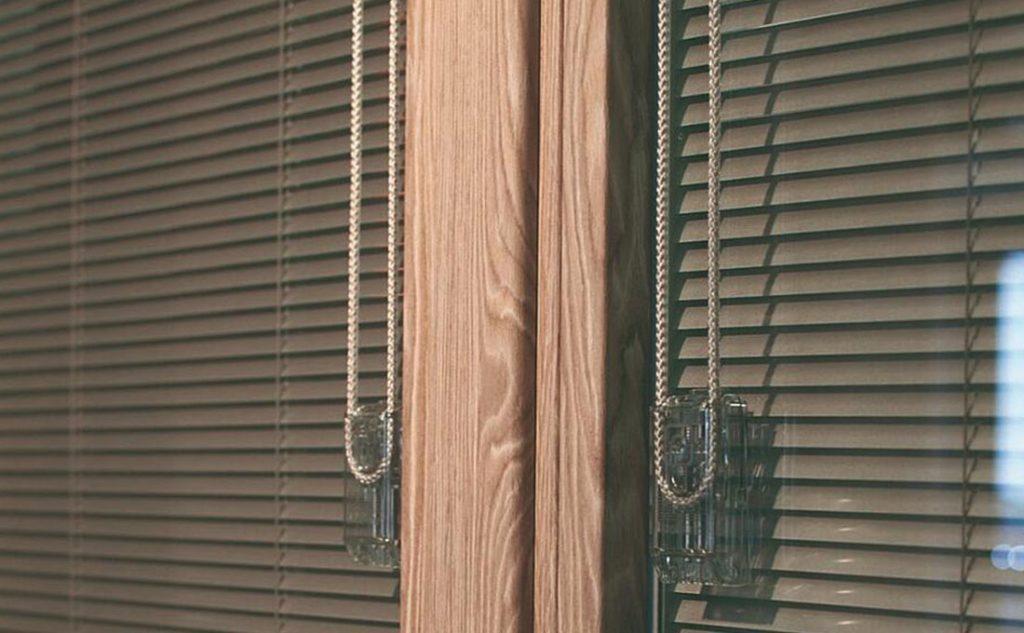 costruire una casa ecologica e oscurare le finestre con veneziane interne Oknoplast