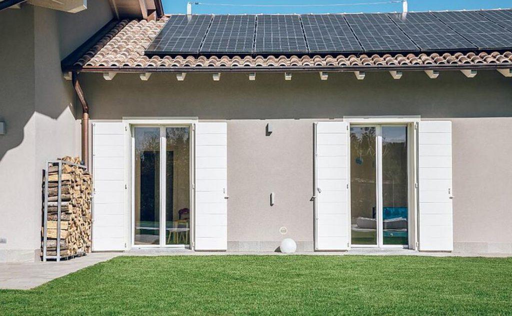 ristrutturare o costruire una casa ecologica con pannelli solari