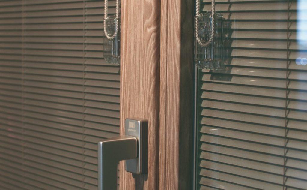 soluzioni per oscurare le finestre con le veneziane interne Oknoplast