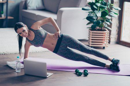 Donna che si allena a casa