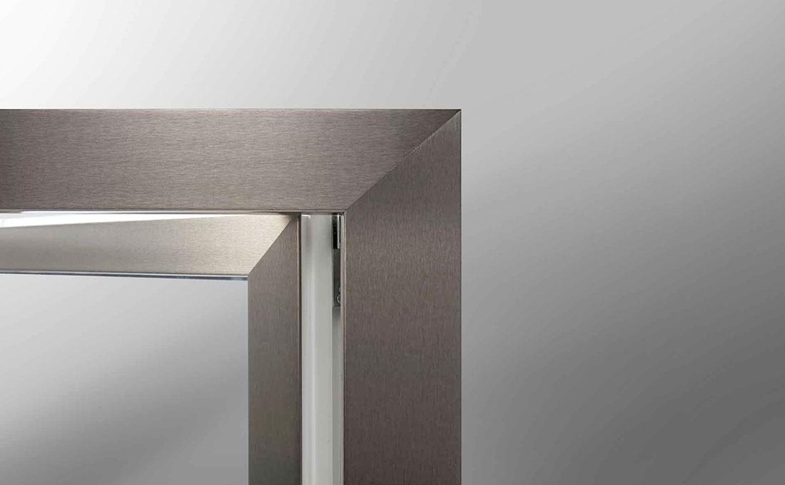 Finestra con finiture in alluminio Oknopalst